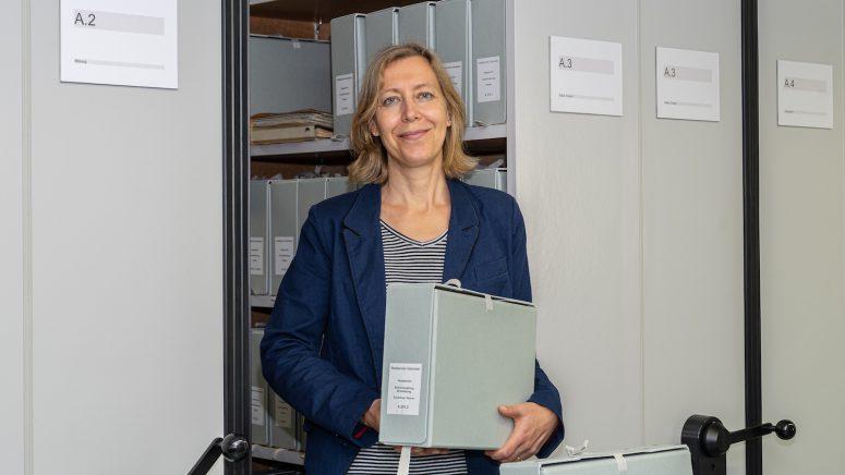 Stadtarchivarin Salome Moser im Stadtarchiv Grenchen